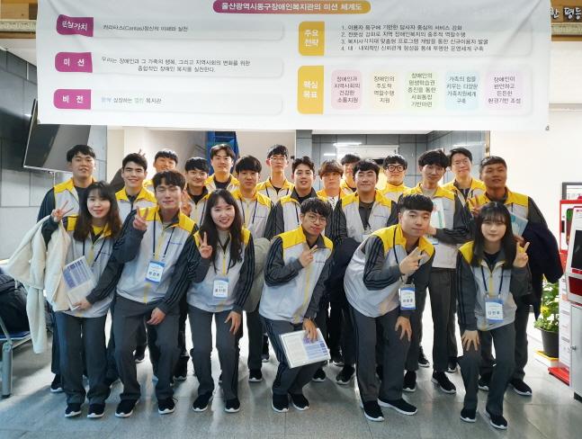 한국동서발전 신입사원들이 지난달 28일 울산 동구장애인복지관에서 봉사활동을 시행한 뒤 기념 촬영을 하고 있다.ⓒ한국동서발전