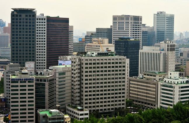 올해 주요 대기업 그룹사에서 3말4초(30대말·40대 초반) 임원 비중이 늘어날지 주목되고 있다. 사진은 대기업 건물들이 빼곡히 들어선 서울 도심의 모습.ⓒ뉴시스