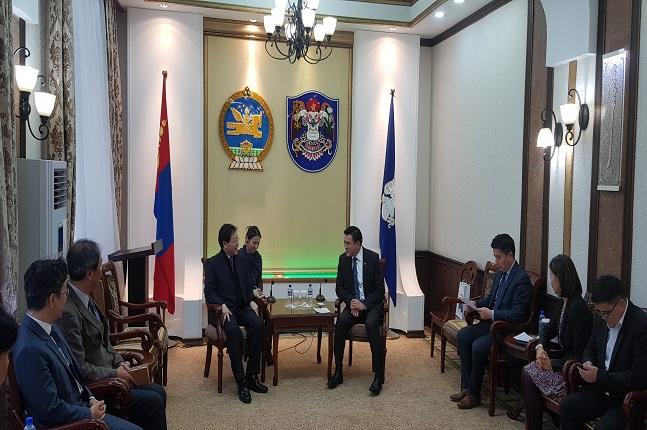 김세용 SH공사 사장(가운데 왼쪽)과 아마르사이한 울란바토르시 시장이 서울형 공공주택 수출 등 협력방안에 대해 논의하고 있다.ⓒSH공사