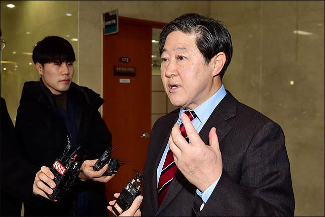 유기준 자유한국당 의원이 4일 국회 정론관에서 원내대표 출마를 공식 선언한 뒤 기자들의 질문에 답하고 있다. ⓒ데일리안 박항구 기자