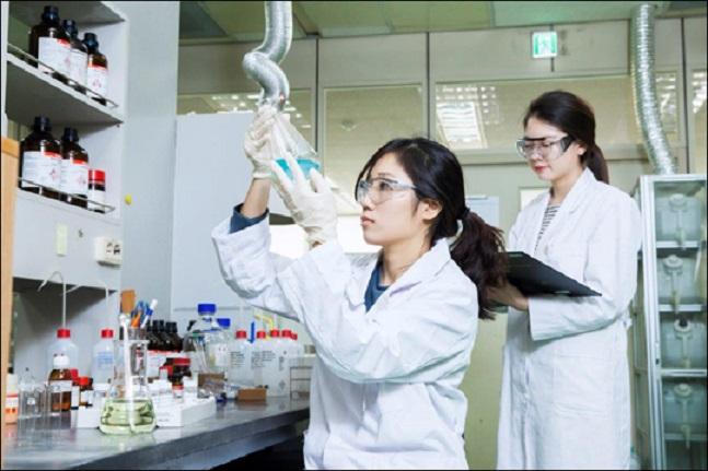 경기도 판교 SK바이오팜 생명과학연구원에서 연구원이 신약개발을 위한 연구를 진행하고 있다. ⓒSK