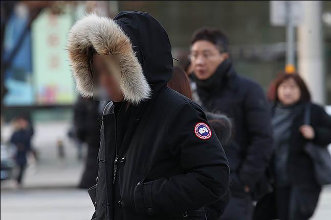 전국 대부분 지역에서 영하권의 추위를 보인 3일 오전 서울 광화문 네거리에 시민들이 출근을 하고 있다. ⓒ데일리안 류영주 기자