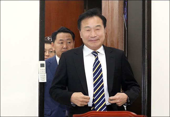 손학규 바른미래당 대표가 18일 오전 국회에서 열린 최고위원회의에 참석하고 있다. ⓒ데일리안 박항구 기자