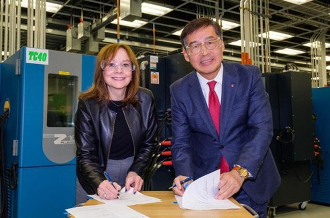 신학철 LG화학 부회장(오른쪽)이 메리 바라 GM 회장과 5일(현지시간) 미국 미시간주 GM 글로벌테크센터에서 배터리셀 합작법인 계약을 체결했다고 있다.ⓒLG화학