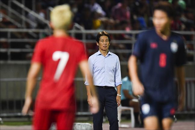 베트남 축구를 넘지 못한 태국 니시노 감독이 박항서 감독을 인정했다. ⓒ 뉴시스