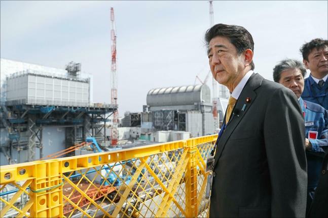 아베 신조 일본 총리는 지난 4월 일본 후쿠시마현 오쿠마의 후쿠시마 제1원전을 방문했다. ⓒ 뉴시스