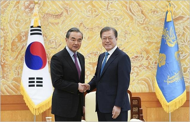 문재인 대통령이 5일 청와대에서 왕이 중국 외교부장을 접견하며 악수하고 있다.ⓒ청와대