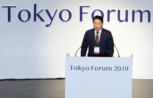 최태원 SK 회장이 6일 일본 도쿄대에서 열린 '도쿄포럼 2019' 개막식에서 연설을 하고 있다.ⓒSK그룹