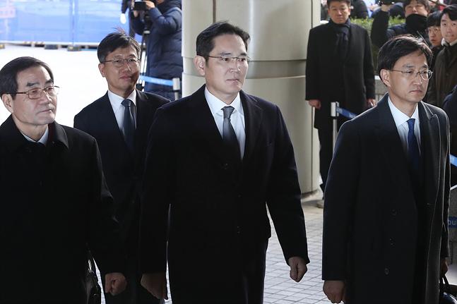 이재용 삼성전자 부회장(왼쪽에서 세 번째)이 6일 오후 서울 서초동 서울고등법원에서 열린 '국정농단 사건' 파기환송심 3차 공판에 출석하고 있다.ⓒ데일리안 홍금표 기자