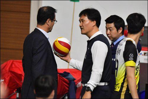 공인구 확인하는 박기원 대한항공 감독(왼쪽)과 배구연맹 관계자. ⓒ 한국배구연맹