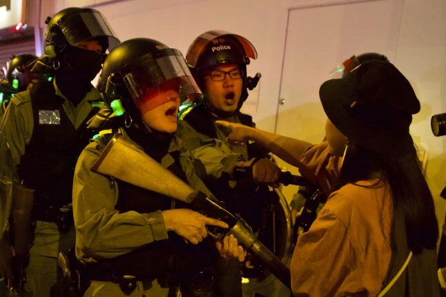 지난달 30일(현지시간) 홍콩 프린스 에드워드 역에서 한 주민이 경찰과 언쟁하고 있다.ⓒ뉴시스