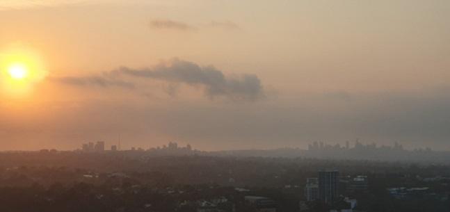 NSW주 전역에서 발생한 산불 연기로 뿌옇게 변한 시드니의 모습.ⓒ연합뉴스