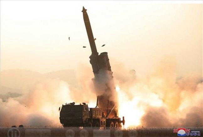 북한 조선중앙통신이 공개한 북한의 초대형 방사포 발사 모습.ⓒ조선중앙통신
