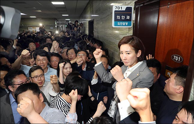 나경원 자유한국당 원내대표가 지난 4월 25일 저녁 국회 본청 의안과를 몸싸움 끝에 사수한 뒤 두 주먹을 들어보이고 있다. ⓒ데일리안 박항구 기자