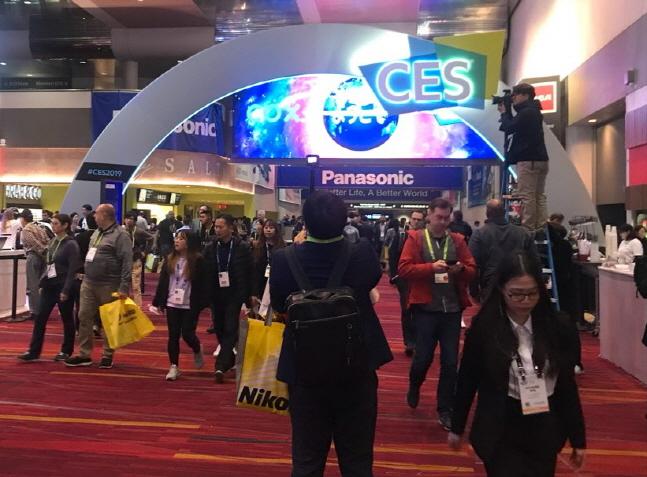한 달 앞으로 다가온 세계 최대 전자·IT 전시회 'CES 2020'에서는 사람들의 라이프스타일을 변화사키는 디지털 지술의 향연의 장이 될 전망이다. 사진은 올해 초 'CES 2019'에서 관람객들이 행사장을 살펴보고 있는 모습.ⓒ데일리안 이홍석기자