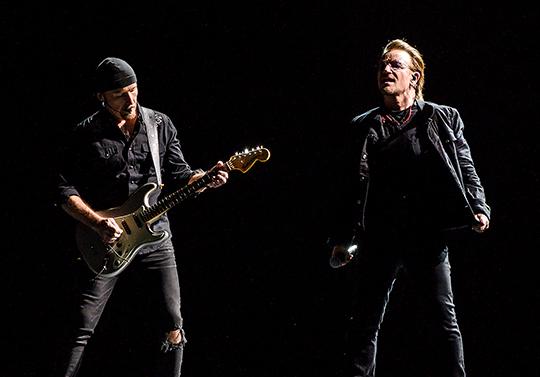 8일 첫 내한공연을 가진 그룹 U2의 리더 보노(오른쪽)가 9일 문재인 대통령을 접견한다. ⓒ 라이브네이션코리아