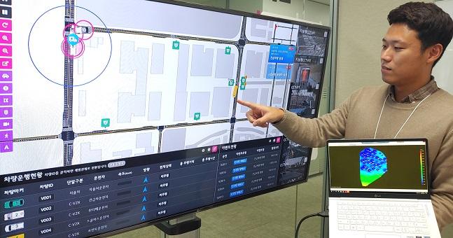 LG유플러스 관계자가 정밀한 위치확인이 가능한 자율주행 관제화면을 살펴보고 있다.ⓒLG유플러스
