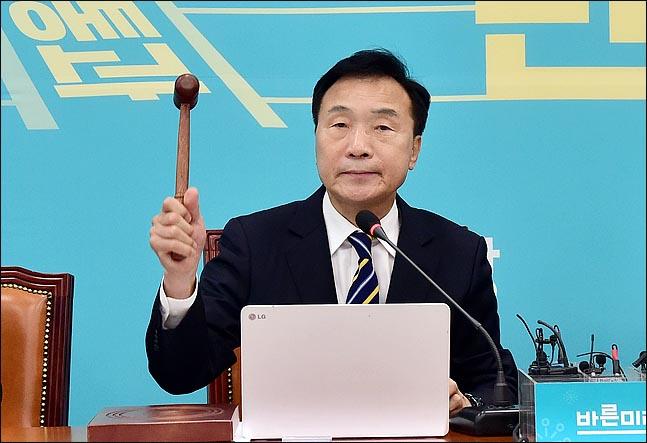 손학규 바른미래당 대표가 2일 오전 국회에서 열린 최고위원회의에서 의사봉을 두드리고 있다.ⓒ데일리안 박항구 기자