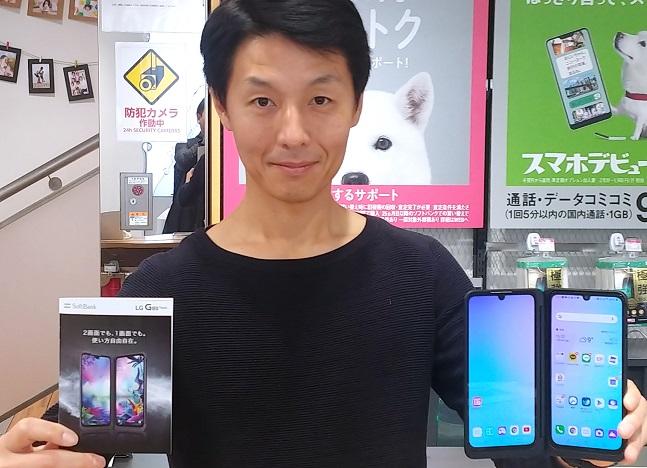 LG전자 일본법인 직원이 일본 도쿄 소재 소프트뱅크 매장에서