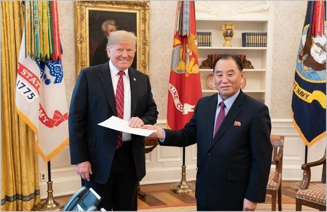 도널드 트럼프 미국 대통령(왼쪽)이 지난 1월 워싱턴DC 백악관 집무실에서 김영철 북한 노동당 부위원장으로부터 김정은 국무위원장의 친서를 전달받고 있다. ⓒ백악관 트위터