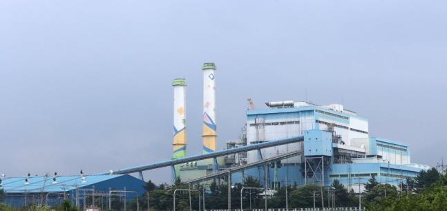 영동화력발전소 1·2호기. 영동 1호기는 연료 전환 공사를 거쳐 2017년 7월부터 우드펠릿 발전소로 운영되고 있다. 영동 2호기는 발전 연료를 석탄에서 우드펠릿으로 전환하는 공사가 진행되고 있다.(자료사진)ⓒ연합뉴스