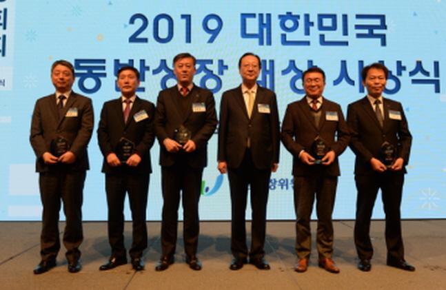 엄호섭 한국전력기술 경영관리본부장(왼쪽에서 세 번째)이 지난 9일 서울 임피리얼팰리스 호텔에서 개최된 '2019 대한민국 동반성장 대상 시상식'에서 정부포상을 수상한 뒤 기념촬영을 하고 있다.ⓒ한국전력기술