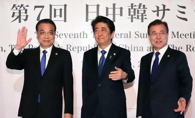 문재인 대통령과 아베 신조 일본 총리(가운데), 리커창 중국 국무원 총리가 2018년 5월 9일 일본 도쿄 영빈관