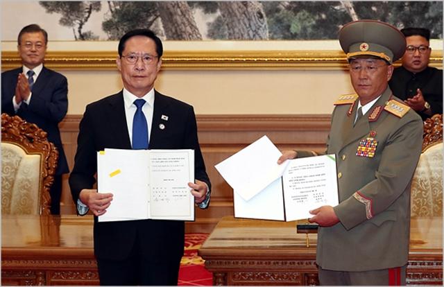 송영무 전 국방부 장관과 노광철 인민무력상이 지난해 9월