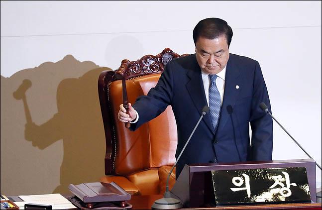 문희상 국회의장이 29일 열린 국회 본회의에서 의사봉을 두드리고 있다.(자료사진) ⓒ데일리안 박항구 기자
