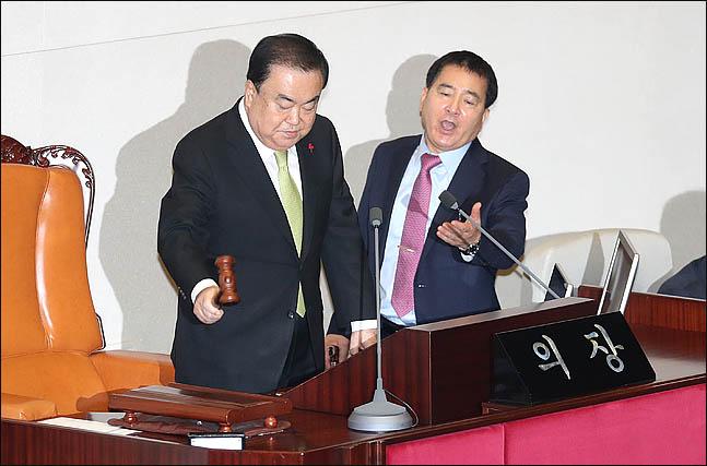 10일 오후 열린 국회 본회의에서 문희상 국회의장이