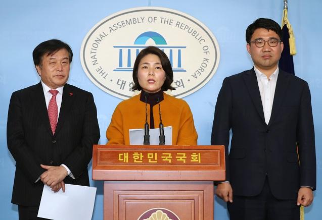 자유한국당 이진복, 전희경 의원이 11일 서울 여의도 국회에서 총선기획단회의 브리핑을 하고 있다.ⓒ뉴시스