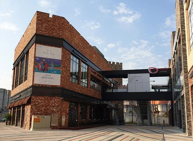 반도건설 '동탄역 카림애비뉴2차'에 오픈한 복합문화공간 '아이비라운지'와 홍종흔베이커리 전경. ⓒ반도건설
