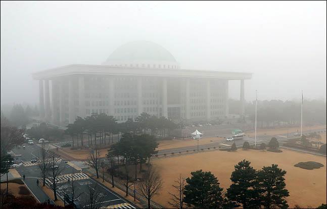 안개에 빠진 국회전경(자료사진). ⓒ데일리안 박항구 기자