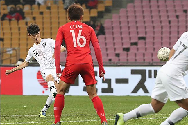 [한국 홍콩] 황인범이 전반 추가시간 환상 프리킥 골을 터뜨렸다. ⓒ 데일리안 류영주 기자