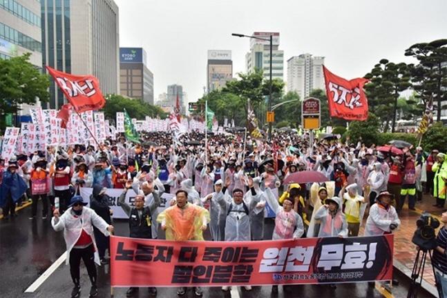 금속노조 현대중공업지부가 6월 14일 사측의 법인분할 주총을 무효화할 것을 요구하는 시위를 벌이고 있다. ⓒ금속노조 현대중공업지부