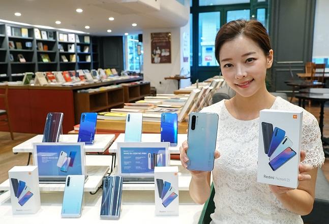 샤오미 모델이 12일 중가형 스마트폰 '레드미노트8T' 국내 출시 소식을 전하고 있다.ⓒ샤오미