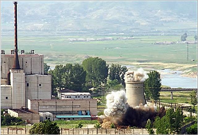 북한이 2008년 비핵화 의지를 과시하기 위해 영변 핵시설의 냉각탑을 폭파시키고 있다. ⓒ연합뉴스