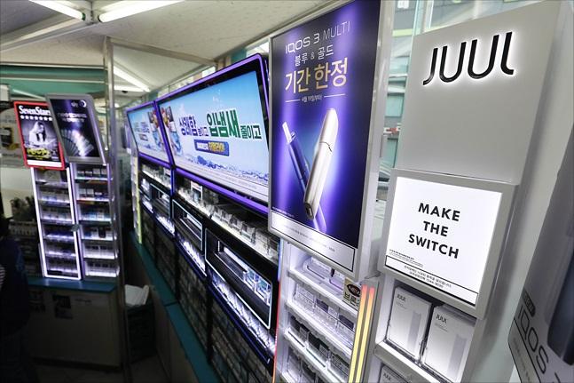 서울 성북구의 한 편의점에 액상형 전자담배 등이 진열되어 있다.ⓒ데일리안