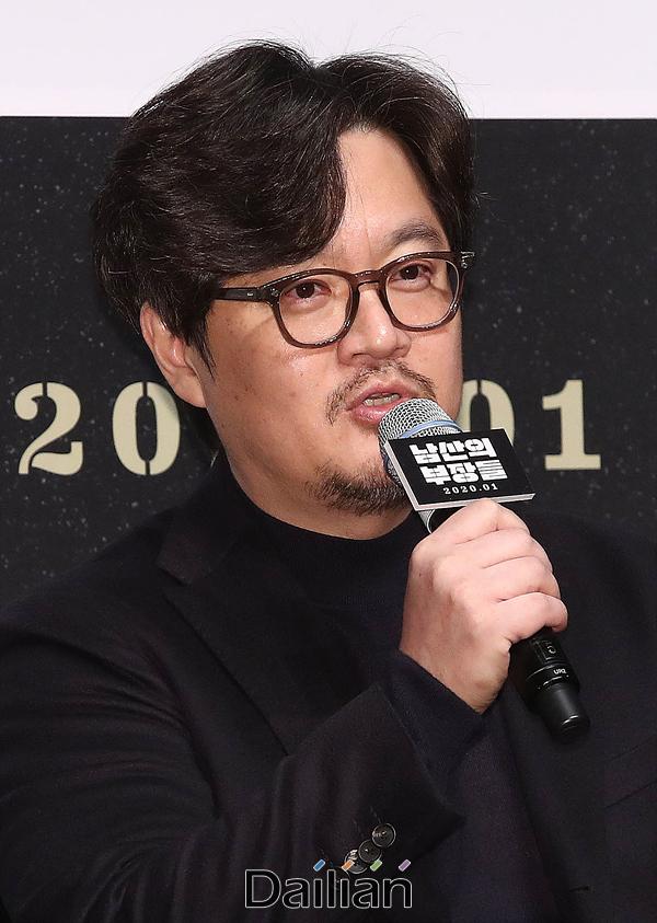 우민호 감독이 12일 오전 서울 강남구 CGV압구정에서 열린 영화