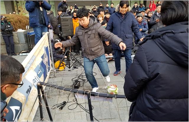 집회 참가자가 해리스 주한 미 대사 얼굴 사진이 붙은 축구공을 발로 차려는 퍼포먼스를 선보이고 있다 ⓒ데일리안