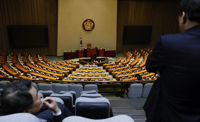 유치원3법, 선거제도개혁법, 공수처설치법 등 패스트트랙 법안의 국회 본회의 상정과 관련해 더불어민주당, 정의당, 바른미래당, 민주평화당, 대안신당(가칭)과 자유한국당의 대립이 격화되고 있는 가운데 13일 오후 서울 여의도 국회 본회의장 내부가 비어있다. ⓒ데일리안 홍금표 기자