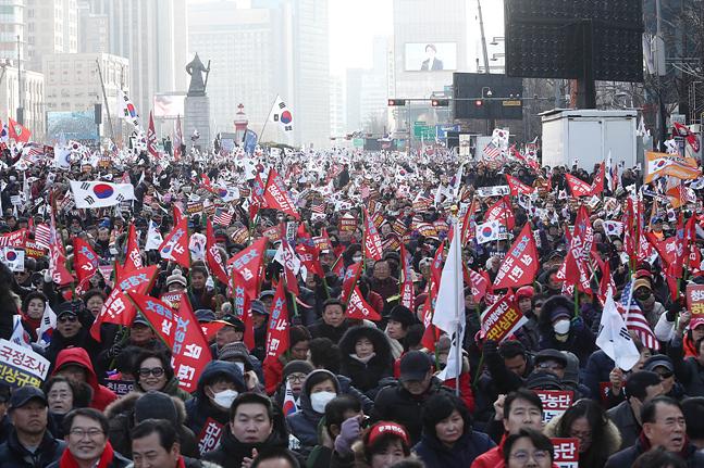 14일 오후 서울 종로구 세종대로에서 열린 자유한국당 문정권 국정농단 3대 게이트 규탄대회에서 당원 및 지지자들이 구호를 외치고 있다.  ⓒ데일리안 홍금표 기자