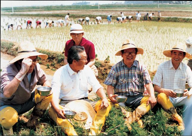 구자경 LG그룹 명예회장(오른쪽에서 두번째)이 지난 1987년 5월 전경련 회장단들과 함께 농촌 모내기 일손을 도운 뒤 잠시 휴식을 취하고 있다.ⓒLG