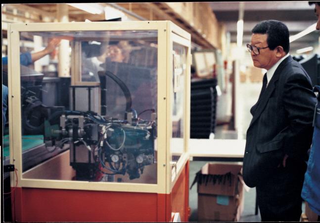 구자경 LG그룹 명예회장이 한 공장 생산라인에서 제품이 생산되는 과정을 지켜보고 있다.ⓒLG