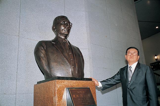 구자경 LG그룹 명예회장(오른쪽)이 구인회 창업회장 흉상 앞에서 생각에 잠겨 있다.ⓒLG