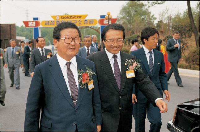 구자경 LG그룹 명예회장(왼쪽)이 지난 1987년 5월 서울 우면동금성사 중앙연구소 준공식에서 참석자들과 행사장으로 들어서고 있다.ⓒLG