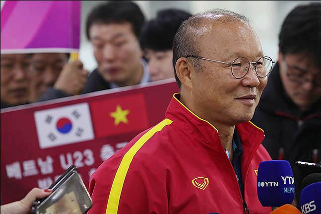 박항서 감독이 14일 오전 부산 김해국제공항을 통해 귀국했다. ⓒ 데일리안 류영주 기자