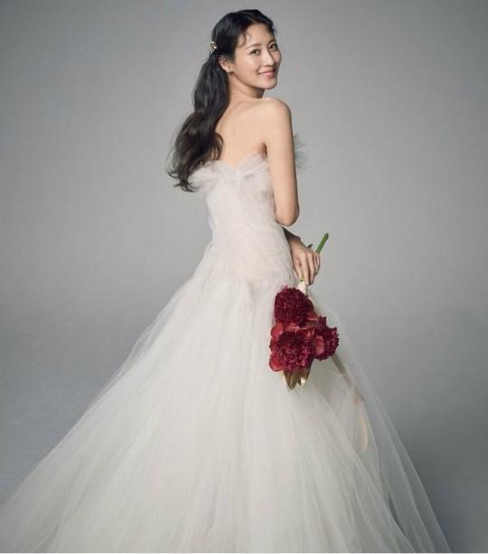 배우 수현이 공유 오피스 서비스 기업 위워크 한국 대표 차민근 씨와 14일 결혼했다.ⓒ문화창고