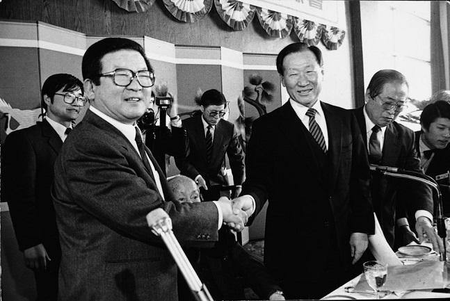 구자경 LG그룹 명예회장(왼쪽)이 1987년 2월 제26차 전국경제인연합회 정기총회에서 18대 전경련 회장으로 추대된 후 정주영 전임회장(오른쪽)으로부터 축하받고 있다.ⓒLG