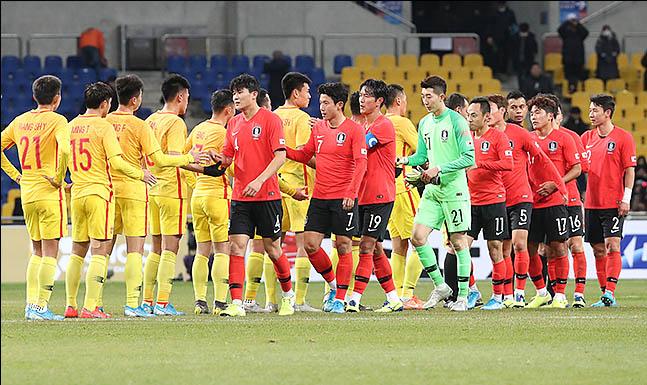 15일 오후 부산 연제구 부산아시아드주경기장에서 열린 2019 EAFF E-1 챔피언십(동아시안컵) 대한민국 대 중국 경기가 끝난 후 선수들이 인사를 하고 있다. ⓒ데일리안 류영주 기자